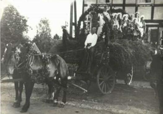Aufstellung zum Erntedankfest-Umzug 1933, an der Neuhofer Straßevor der Gastwirtschaft Bergmann
