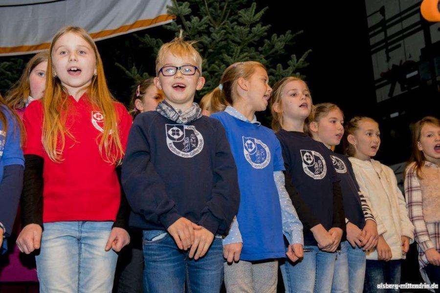 der Schulchor singt dem Nikolaus ein paar Ständchen... (Foto von olsberg-mittendrin.de)