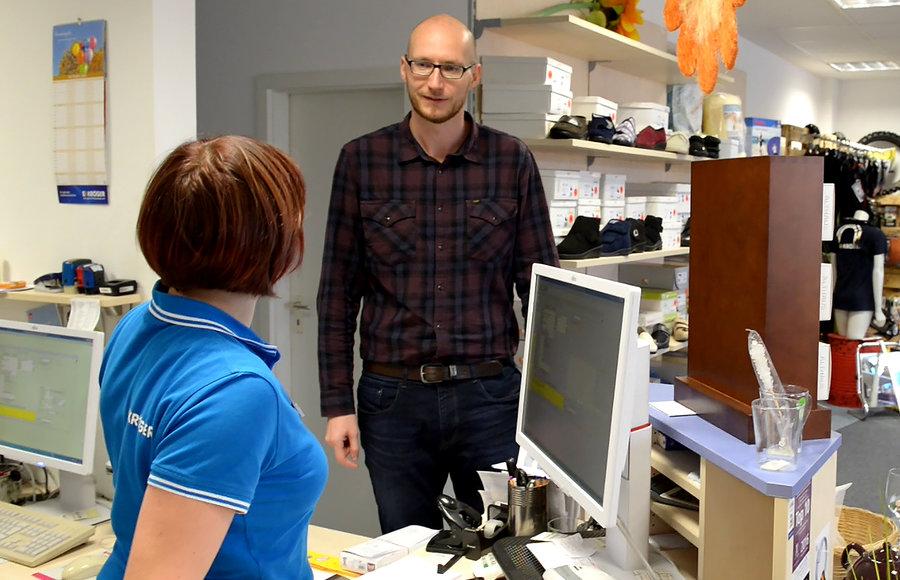 Sten Seliger betreut den Informationsstand für seinen Arbeitgeber