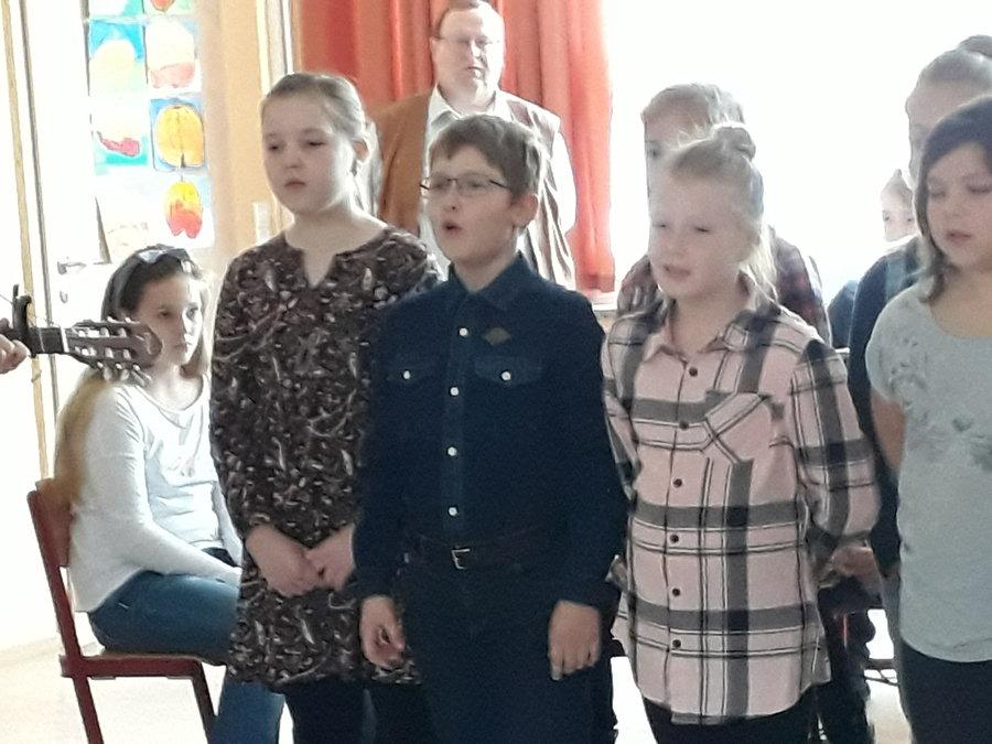 Kinder der 4. Klasse singen mit Frau Sternke so schöneLlieder