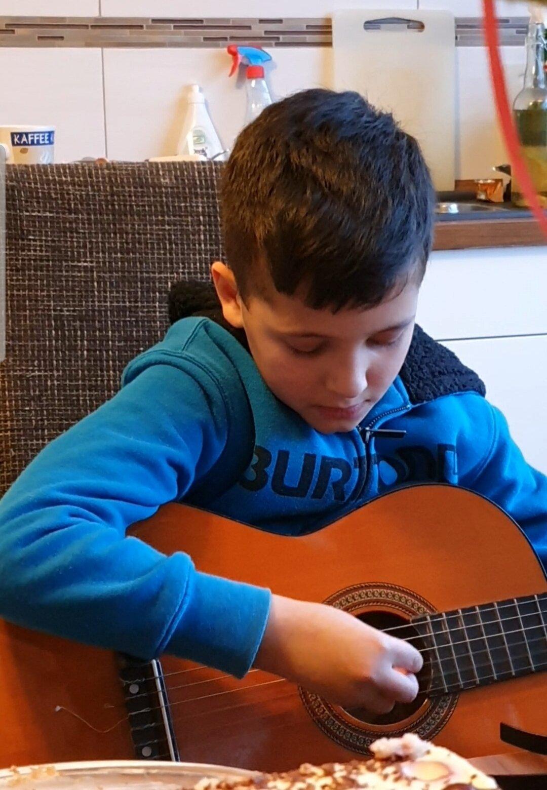Zeitvertreib_-_Julien_-_Gitarre_spielen_1_30-03-2020
