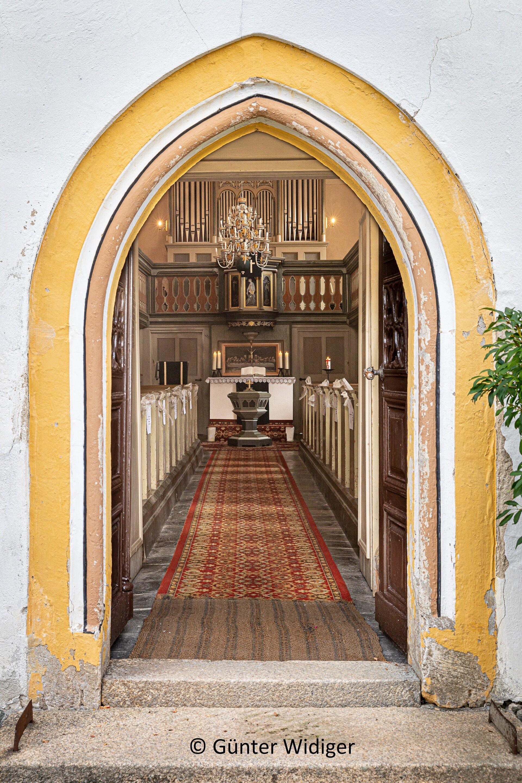 Seubtendorf - Kirche außen mit Blick durch die Eingangstür