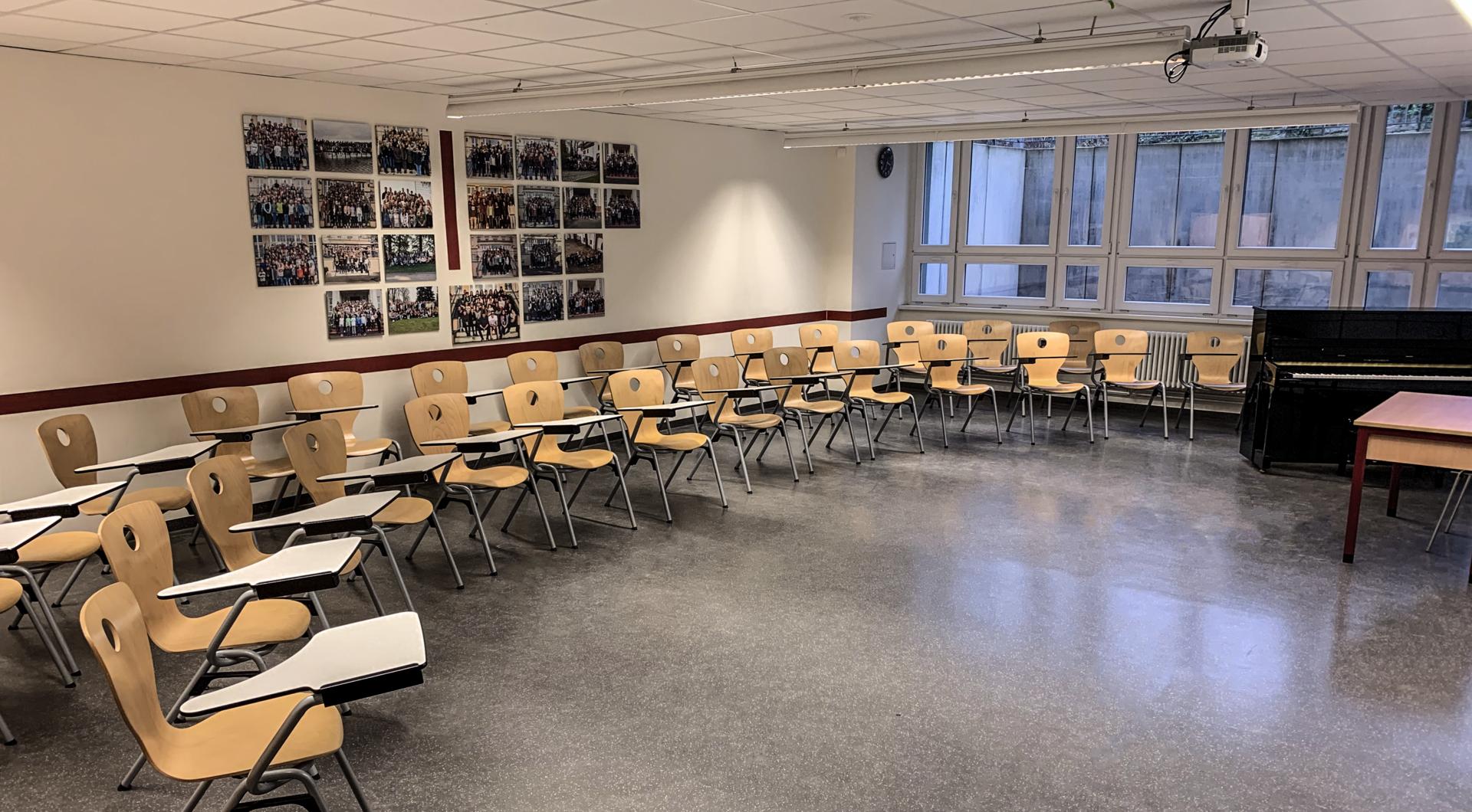 Souterrain, Musikraum 1 mit College-Stühlen