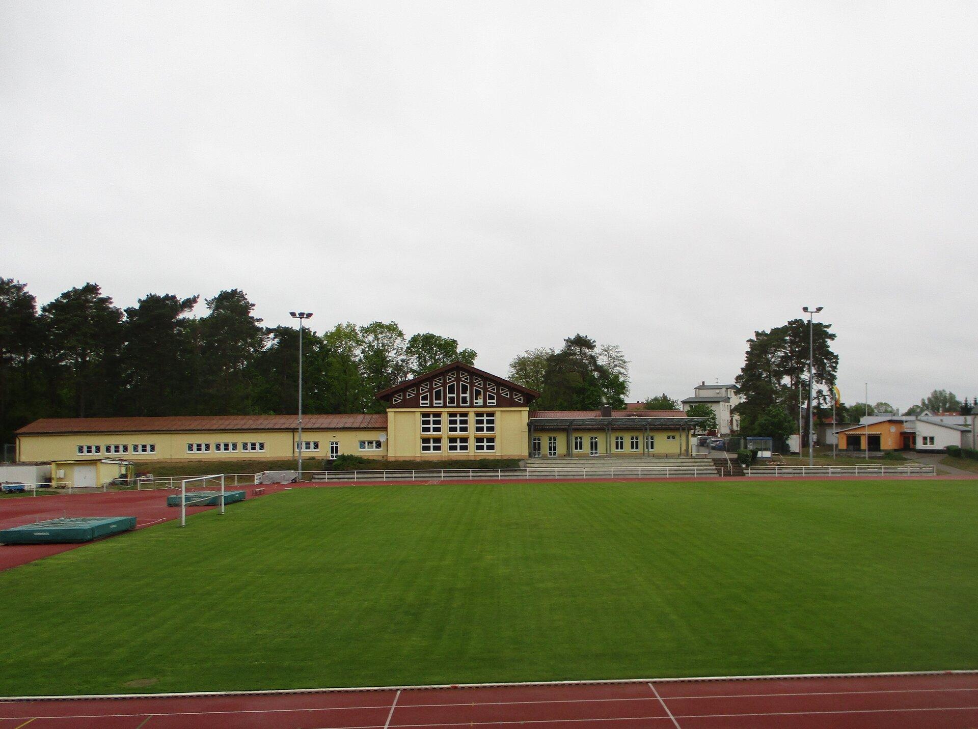 Sportplatz und Bürgerhaus