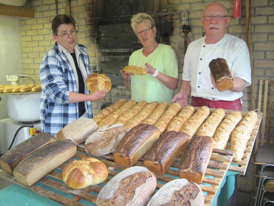 Die Bäcker mit ihrer Arbeit