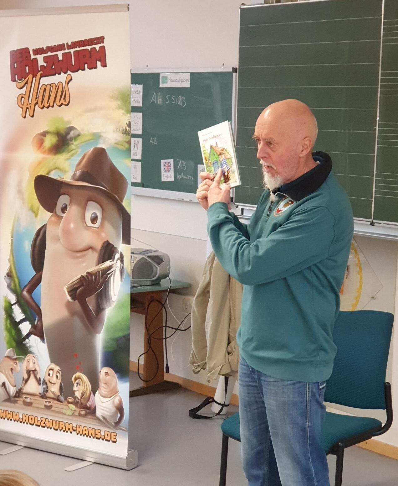 Wolfgang Lambrecht in der Schule zum Vorlesen
