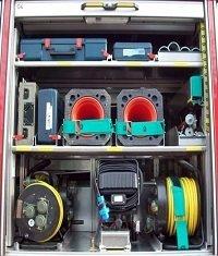 hier finden Sie z.B.  Verkehrssicherungsmaterial, Akku-  schrauber, Bohrmaschine, Scheinwerfer,  4 Leitungstrommeln