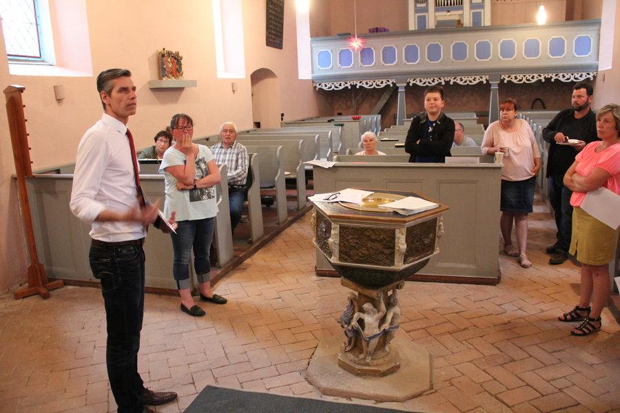 Interaktives Kirchengespräch zum Taufstein