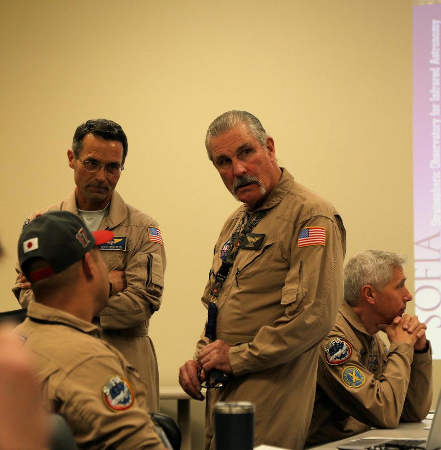 Mission Director Jeff Cox berät mit den Piloten