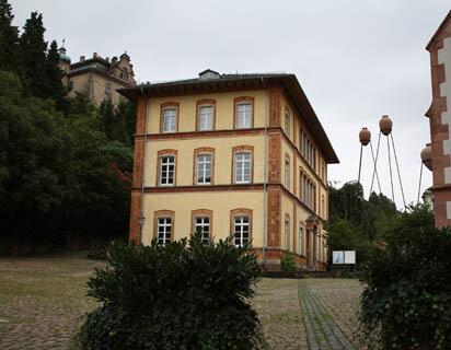 """Altes Dampfbad, 1846, H. Hübsch - """"Vasen auf Stelzen"""", 1998, F. Stähler"""