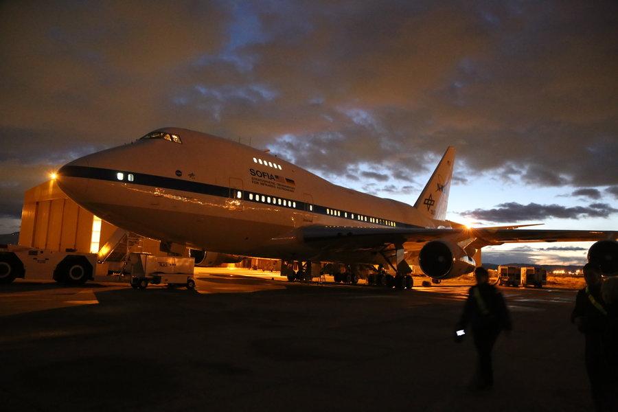 Flugzeug nach der Flugabsage vor dem Hangar