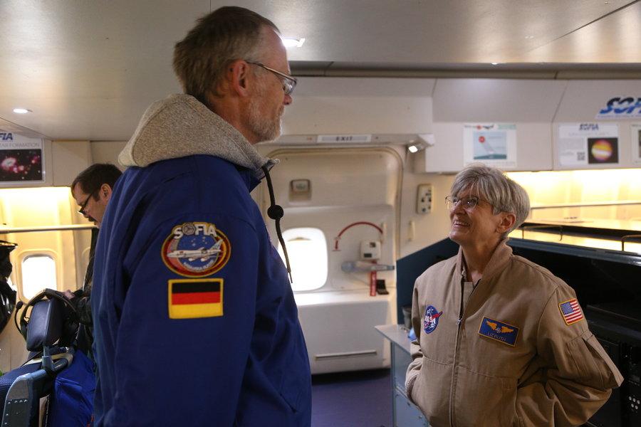 Joachim unterhält scih mit der Pilotin Liz Ruf