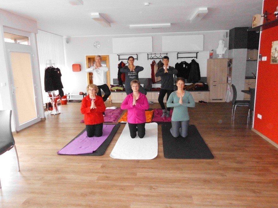 Einer der vier Yoga-Kurse, hier mit Übungsleiterin Christine Kratz (v.M.)