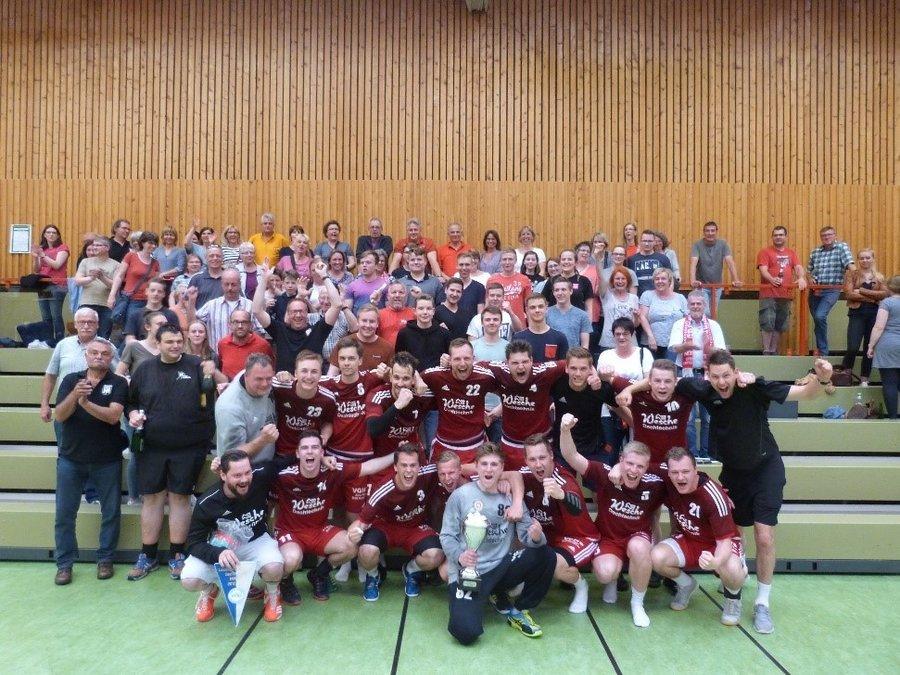 Aufstieg in die Verbandsliga: 1. Herren um Trainer Dennis Bühn und Matti Krause