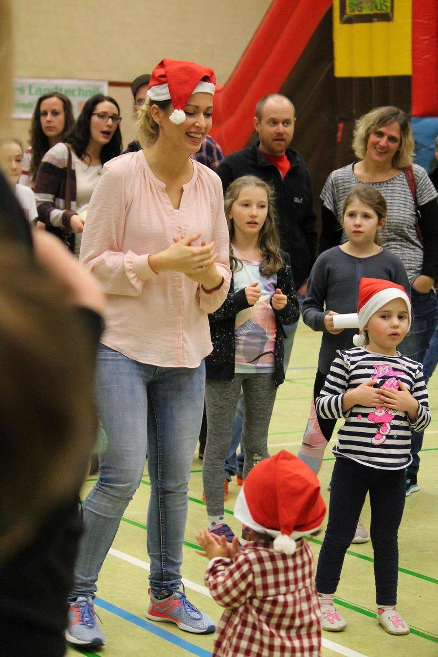 Ohne Zweifel war der Auftritt der Mutter-Kind-Turngruppe um Agathe Aznavour (mit Zipfelmütze) der Zuschauermagnet des Winterfests 2019