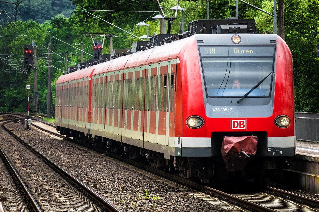 train-4353230_1280