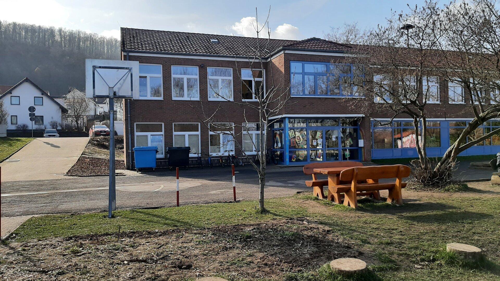 Schulhof Eingangsbereich