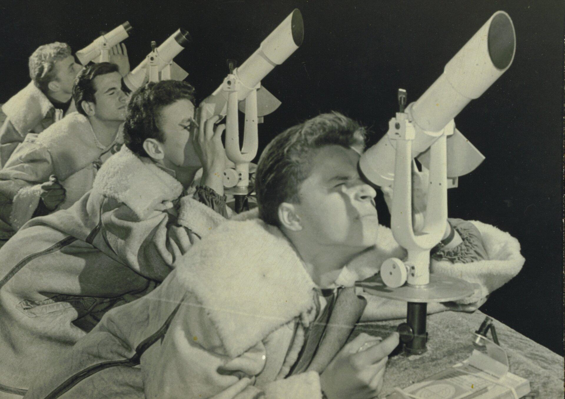Beobachterkette mit AT-1 Fernrohren