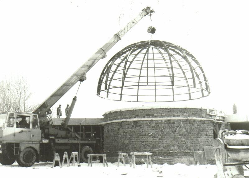 Die Planetariumskuppel wird aufgesetzt, 1984
