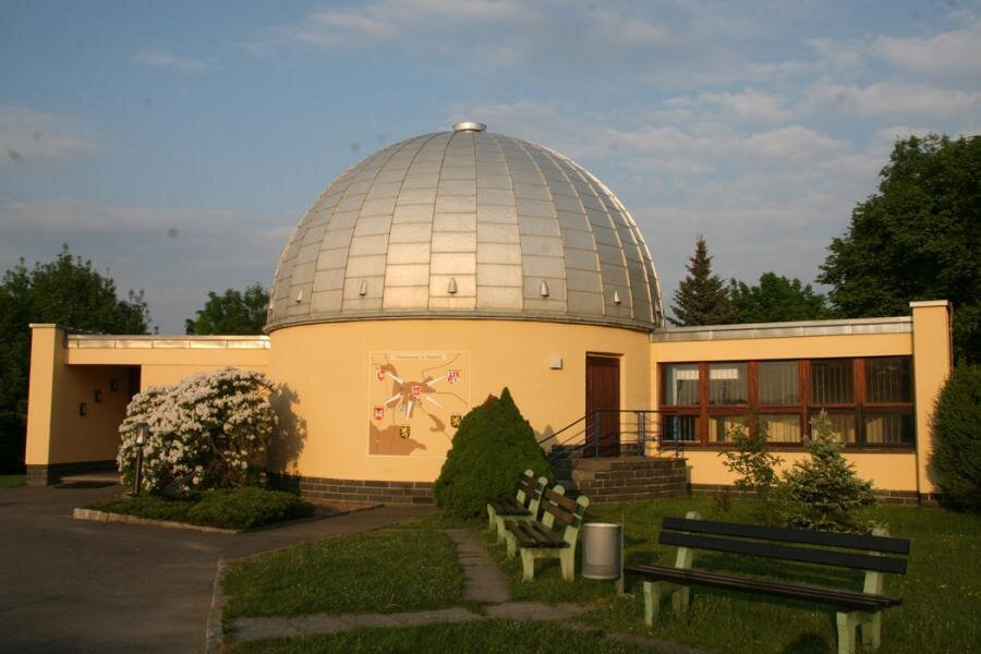 Planetariumsgebäude im Sommer
