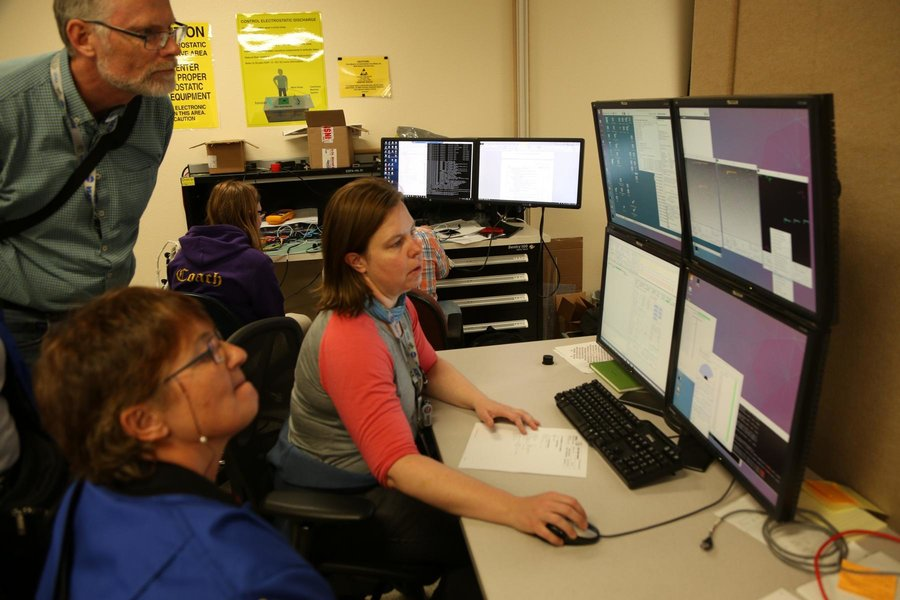 Die Teleskopingenieurin Nadine Fischer mit meinen Lehrerkollegen am Teleskopsimulator