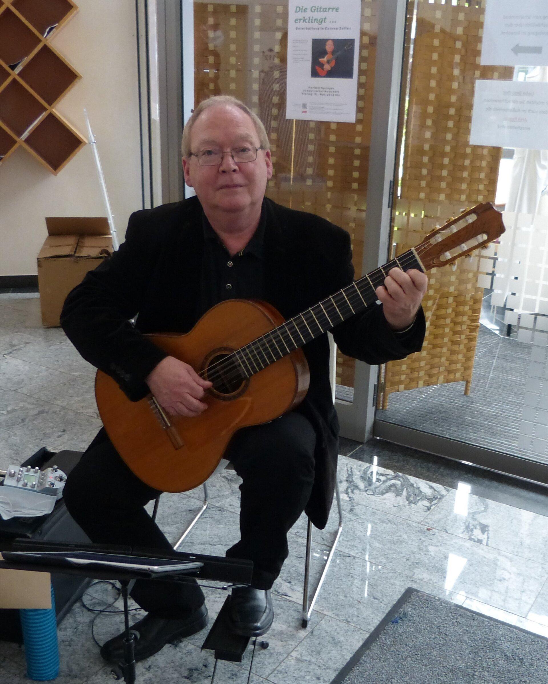 Hartmut Springer brachte im Holthues Hoff die Gitarre zum Klingen. Foto: Bürgerstiftung WML