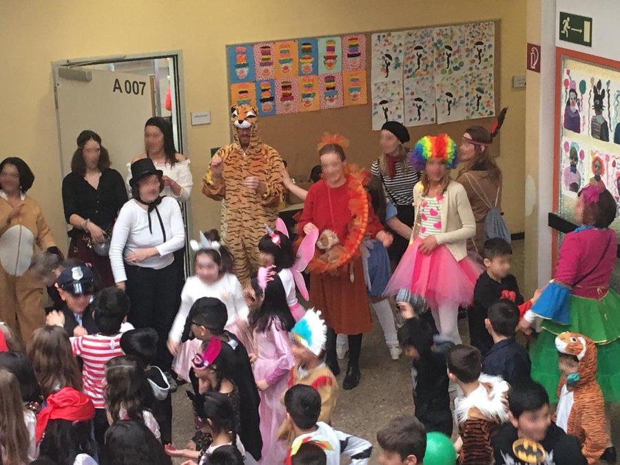 Lernbegleiter und Kinder feiern zusammen