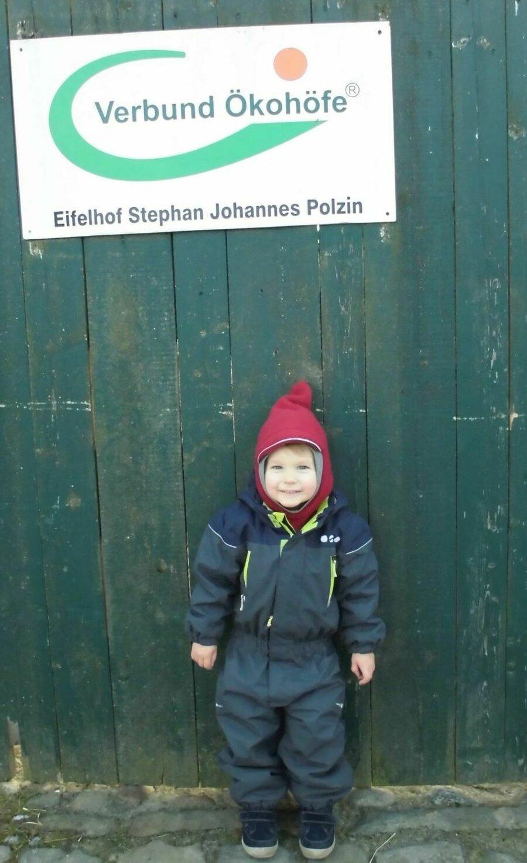 Kleiner Junge vor dem Tor