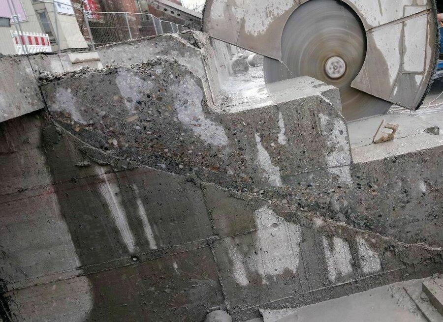 Wandsäge im Einsatz beim schrägen Vertikalschnitt einer Treppenanlage