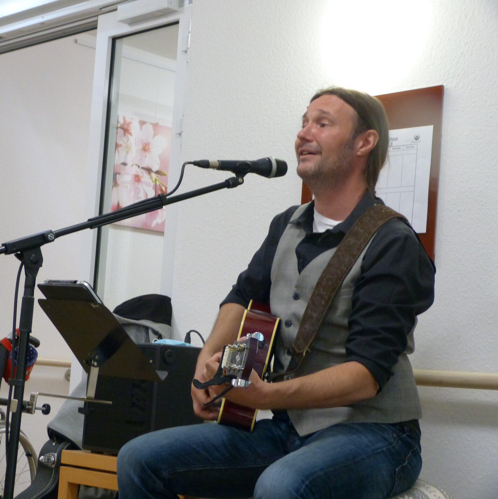 Liedermacher und Sänger Heiko Fänger begeistert im Seniorenstift Berkelaue in Gescher. Foto: Bürgerstiftung WML