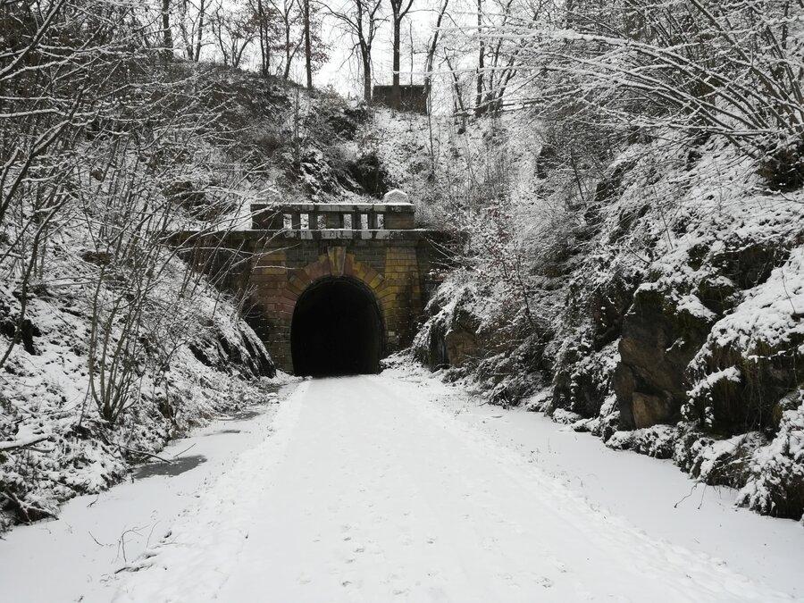 Eisenbahntunnel im Winter