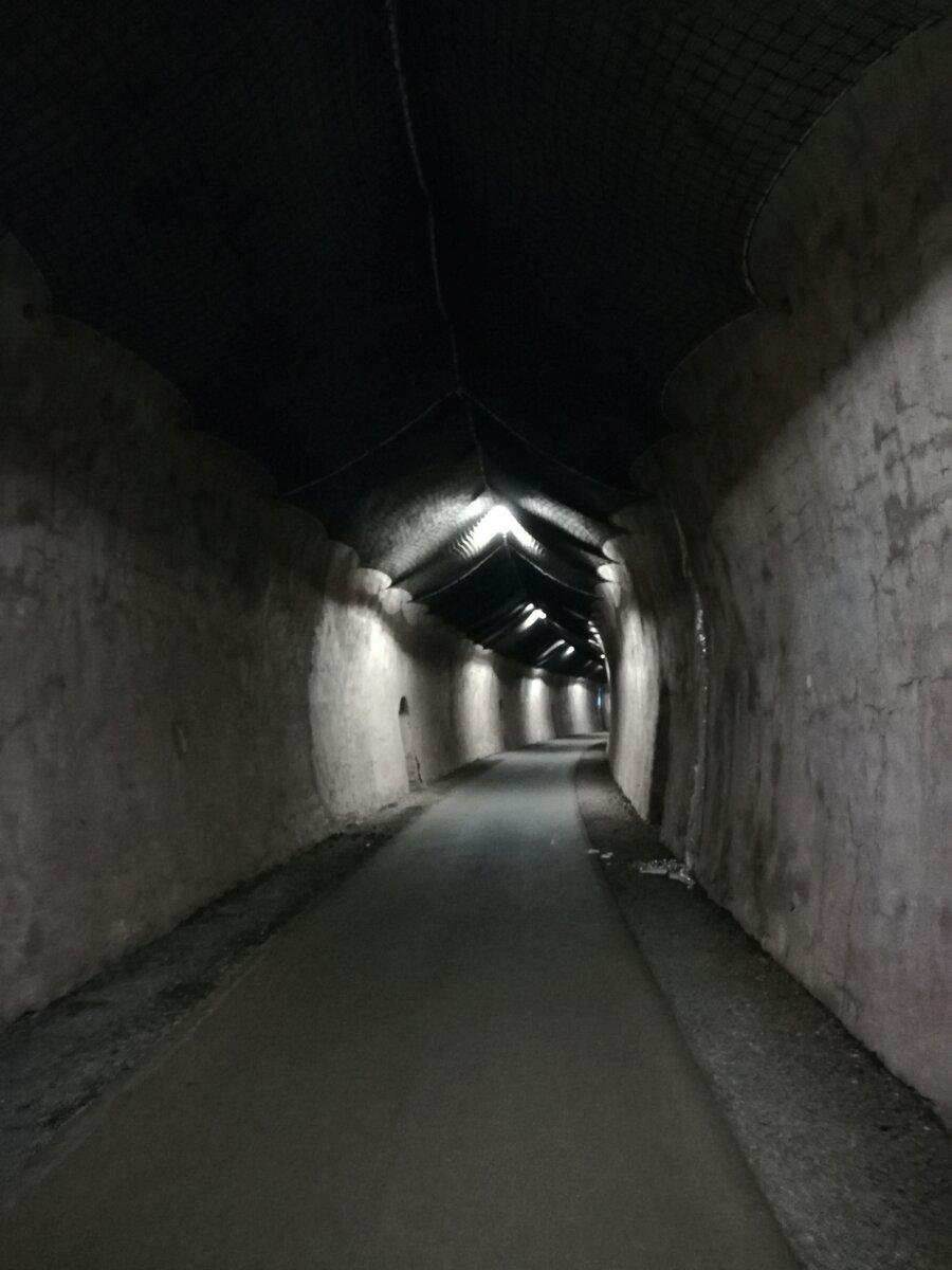 Eisenbahntunnel durch den Tunnel