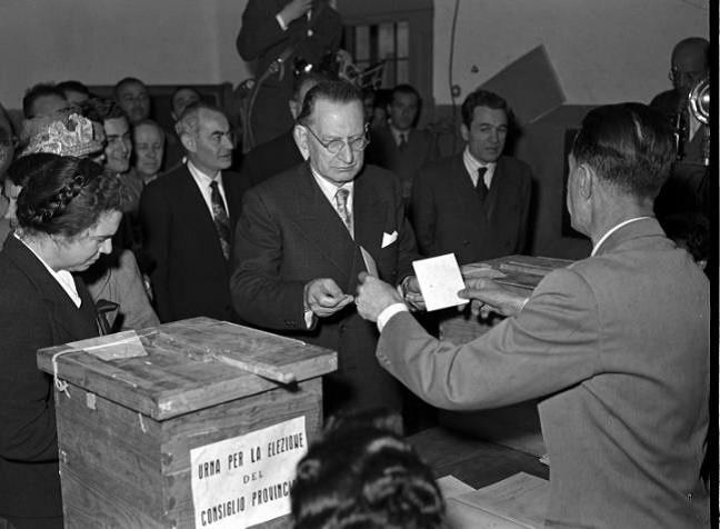 De Gasperi at the polling station 18 aprile 1948. Le prime elezioni politiche in Italia – Archivo Storico Institute Luce