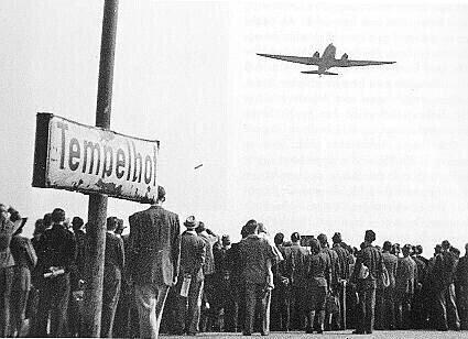 Berlin air bridge, 1949. https://commons.wikimedia.org/wiki/File:Berliner_Luftbruecke1.jpg