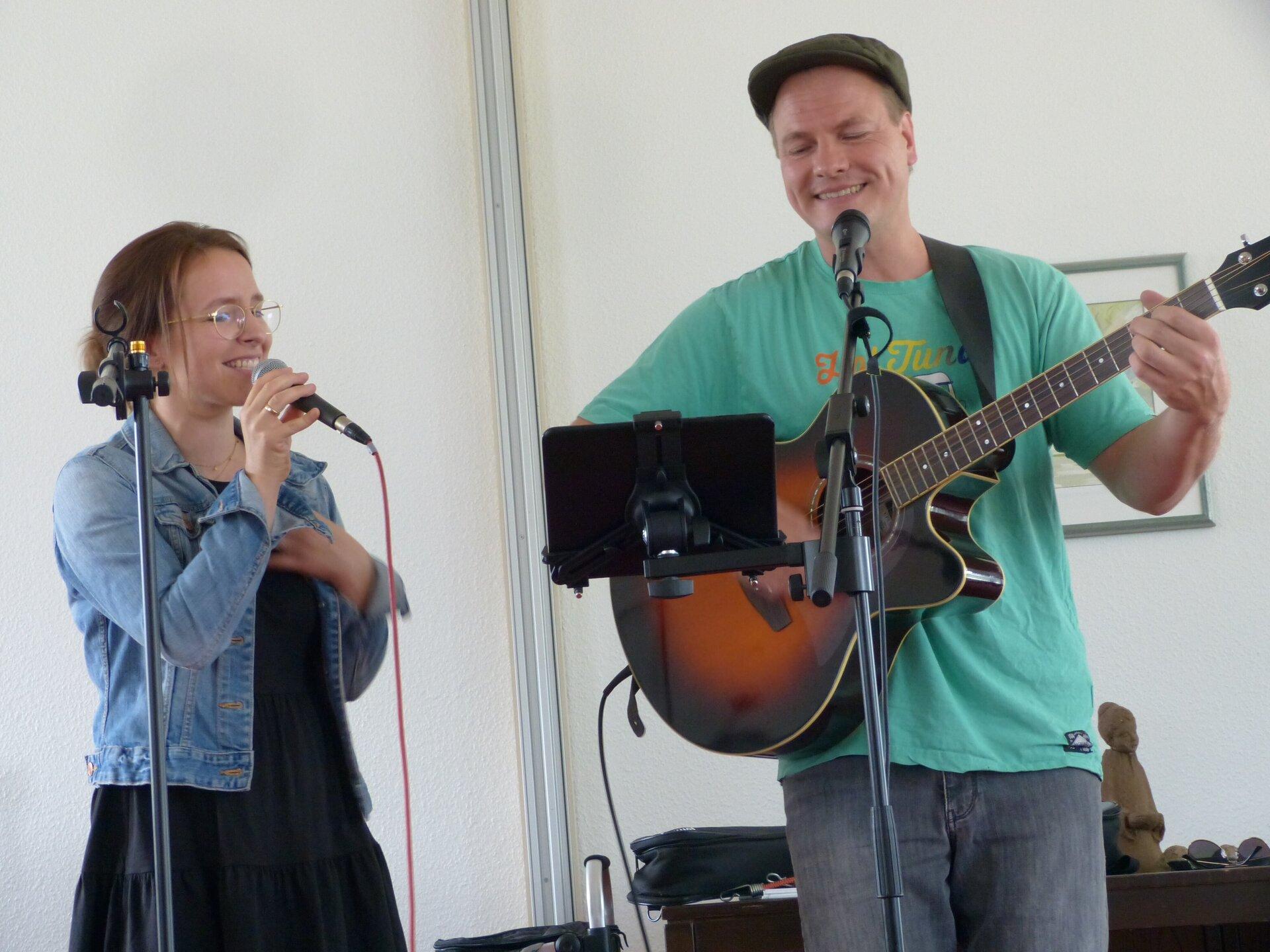 Vera Schmeinck und Daniel Ehlting unterhielten die Senioren im Katharinenstift in Ahaus-Alstätte. Foto: Bürgerstiftung WML