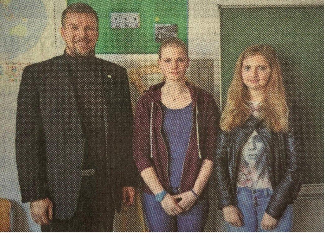 Die Schülerinnen Olivia Kraft und Lilly Milbrandt mit Landrat Ralf Reinhardt