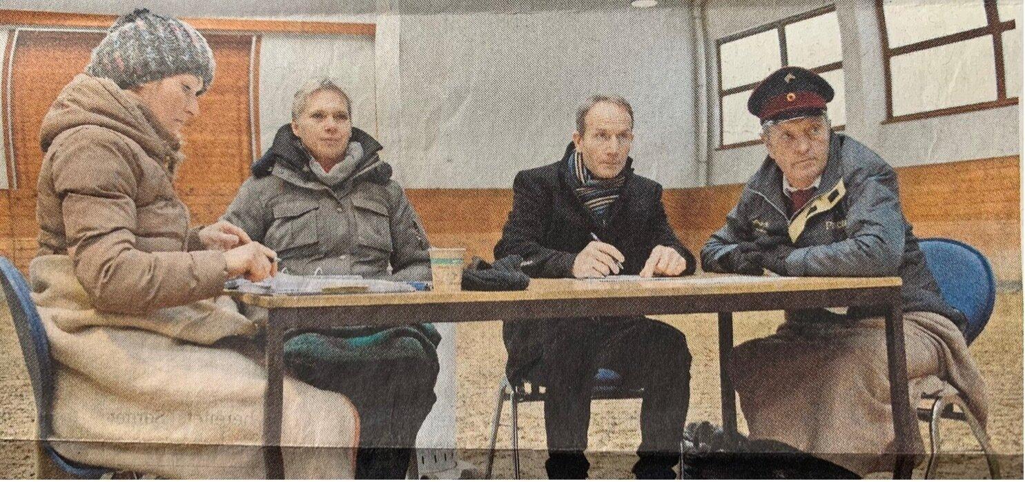 Die Prüfer beurteilen über Stunden konzentriert das Reitkönnen der Schüler, die gern nach Neustadt möchten