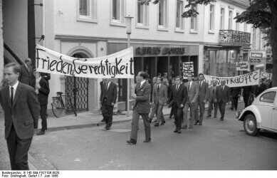 Demontration for piece and justice 1968 in Bad Honnef;  Photographer: Detlef Gräfingholt. https://commons.wikimedia.org/wiki/File:Bundesarchiv_B_145_Bild-F027106-0020,_Bad_Honnef,_Demonstration_Unitas-Verband.jpg
