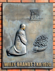 Willy Brandt memorial plate in Warsaw 1970 Eastern policy, German Chancellor Willy Brandt kneeled down in front of the Memorial of the Jewish Ghetto; https://commons.wikimedia.org/wiki/File:Willy_Brandt_Square_02.jpg