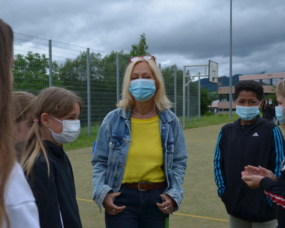 Frau Ganzke mit Schülern