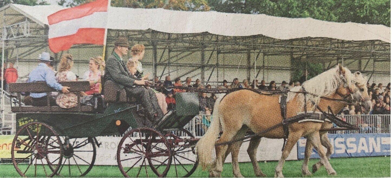 """Im aktuellen Programm der Show auf dem Paradeplatz geht es auch mal """"Mit dem Pferd um die Welt""""."""
