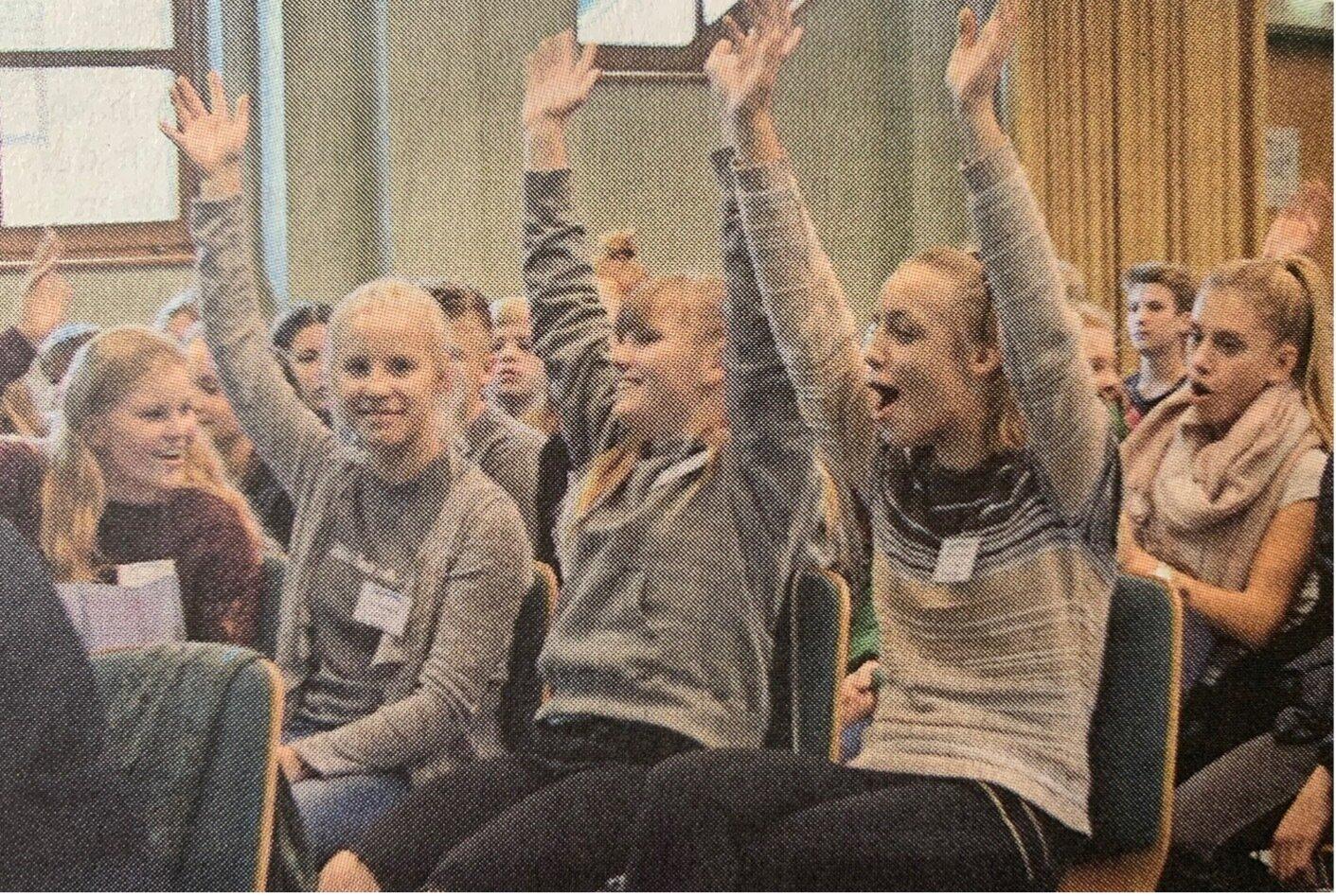 """Für ihre Vorstellung des Buches """"Tanz auf den Scherben"""" gewann die Neustädter Mädchen der 8c den Kreativwettbewerb"""