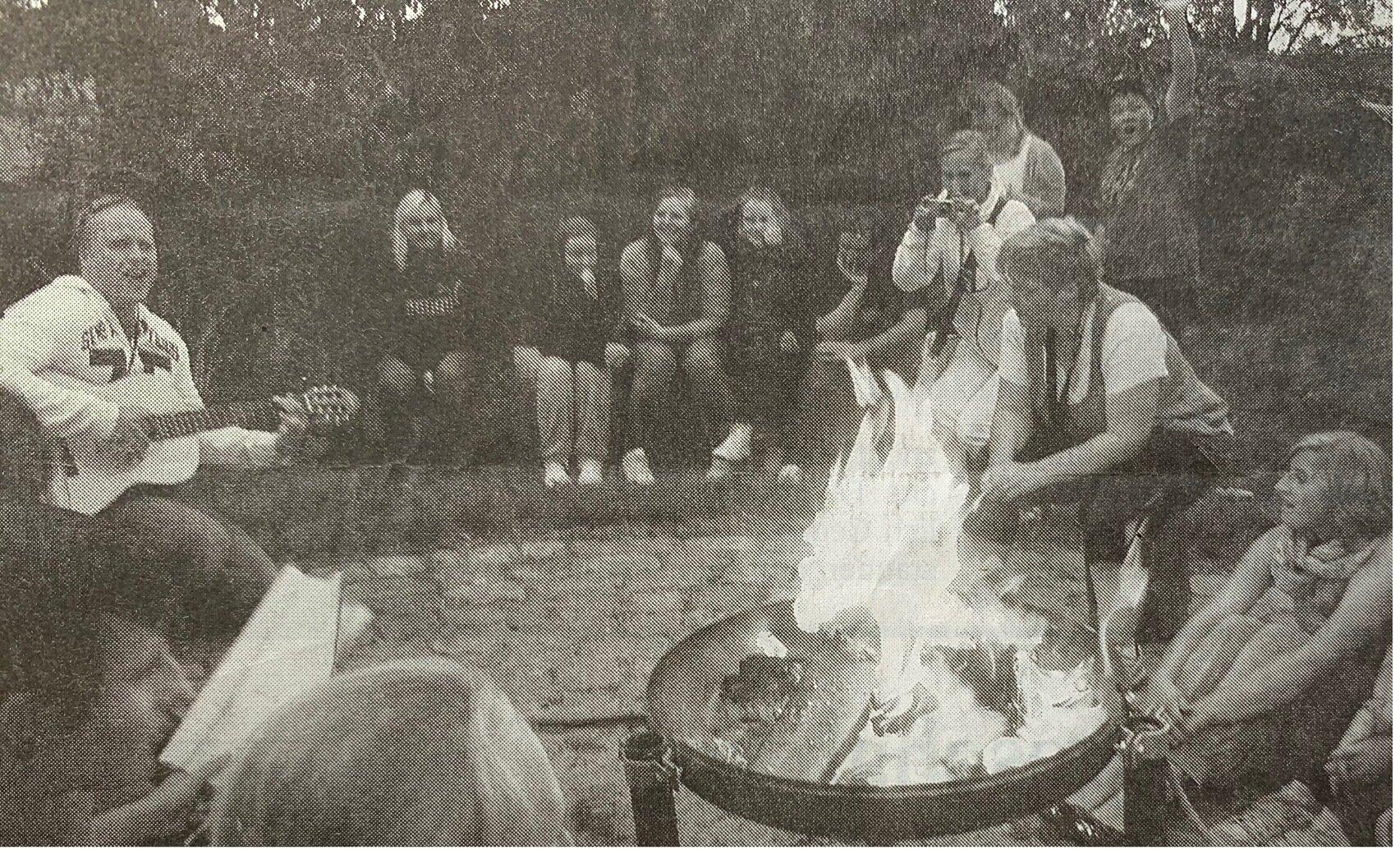 Am Lagerfeuer wurde gesungen und gegessen