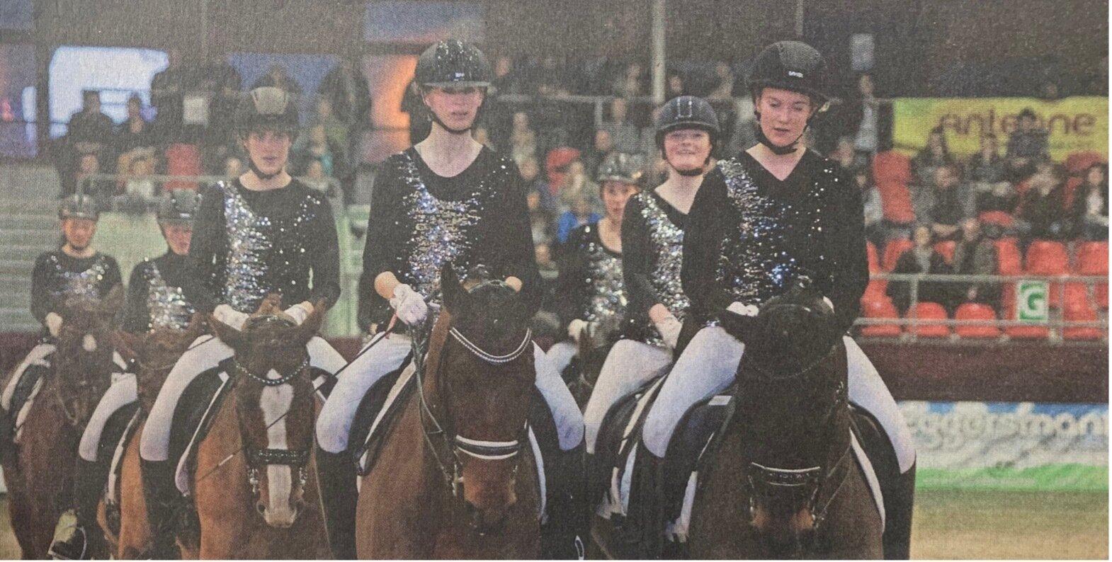 """Das """"Reiten in der Schule"""" durfte beim Auftritt der Neustädter Gestüte nicht fehlen. Die jungen Pferdesportler zeigten eine Dressurquadrille."""