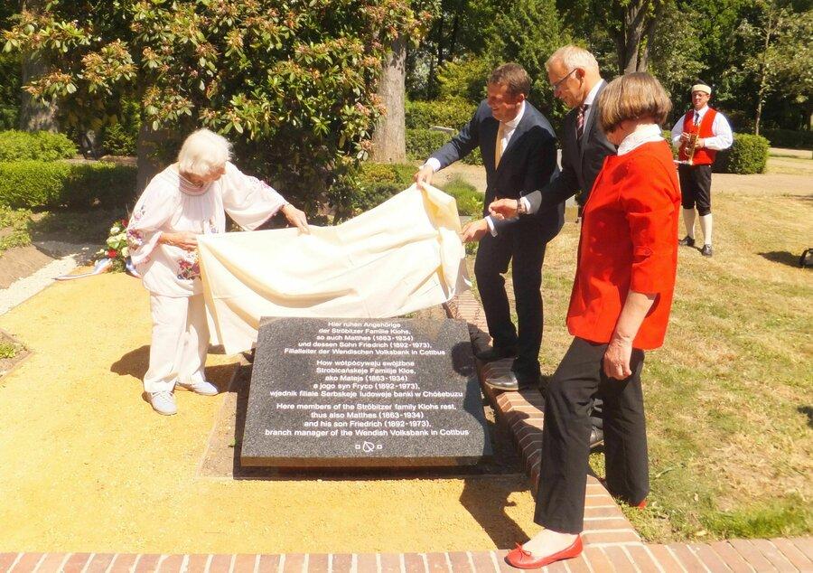 Im Beisein von Oberbürgermeister Holger Kelch, Bürgervereinsvorsitzendem Detlef Buchholz und Klohs-Nachfahrin Gudrun Leesch wurde die Grabanlage am 14. Juni 2017 als Denkmal eingeweiht.