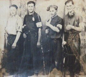 Frenchmen, members of the Resistance movement in the Huelgoat Region; Author: Moreau.henri; https://commons.wikimedia.org/wiki/File:Huelgoat._R%C3%A9sistants_2%C3%A8me_guerre_mondiale.JPG