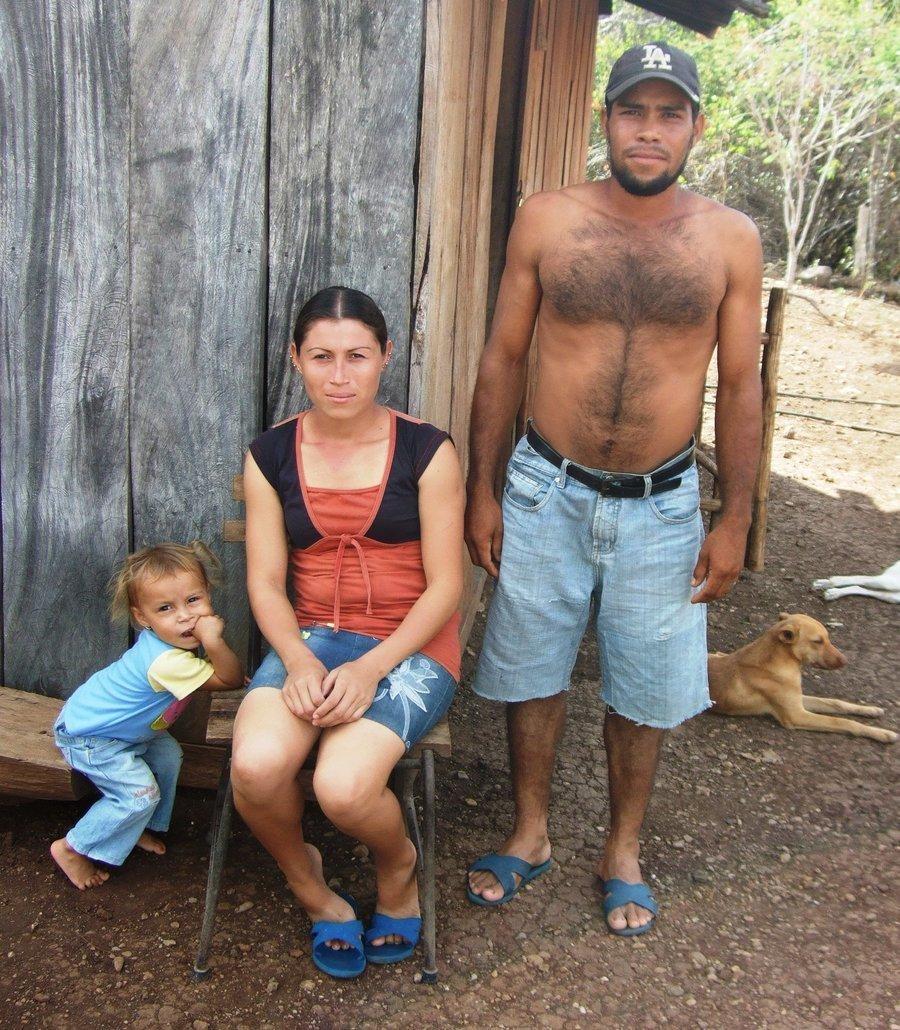 Darmali, Sonia und Sergio vor ihrem Haus