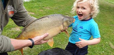 Kind mit großem Fisch