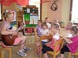 Rosi mit Kindern beim Singen