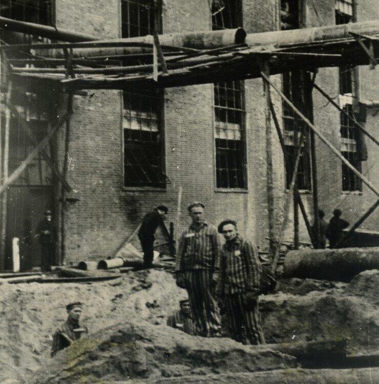 Zwangsarbeiter des Zellwollewerks Wittenberge 1945 nach einem alliierten Luftangriff | Foto: Stadtmuseum Wittenberge